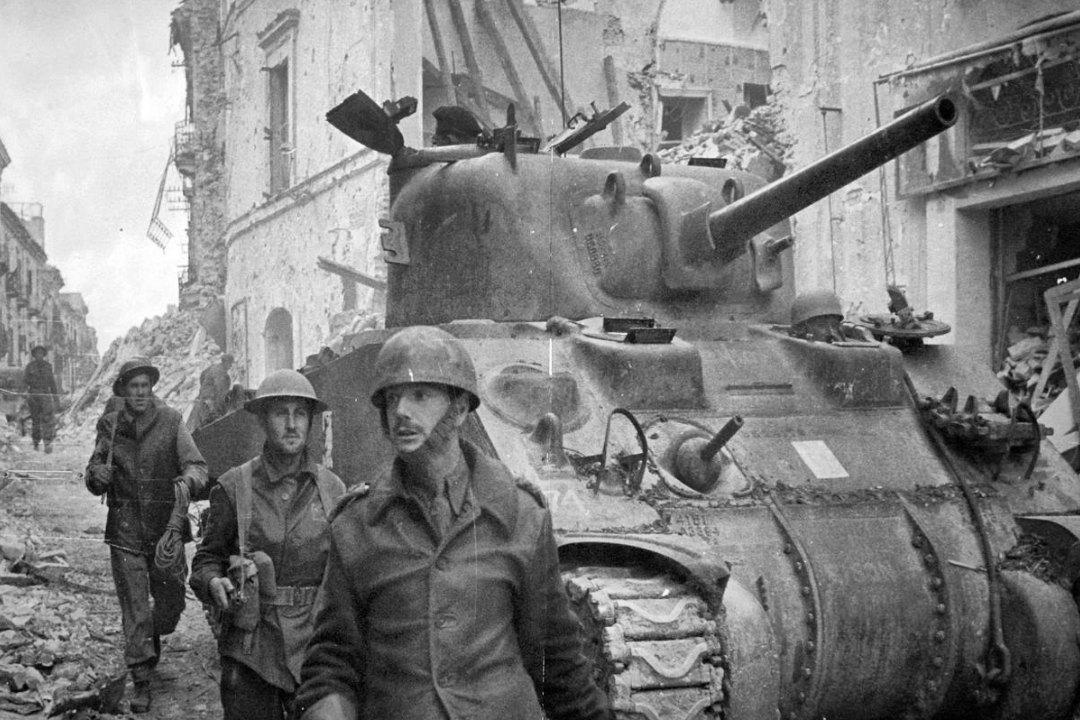 Город Ортона на Адриатическом побережье, Италия, 1944 год. Канадские войска .