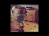 Девочка танцует ( Вите надо выйти )