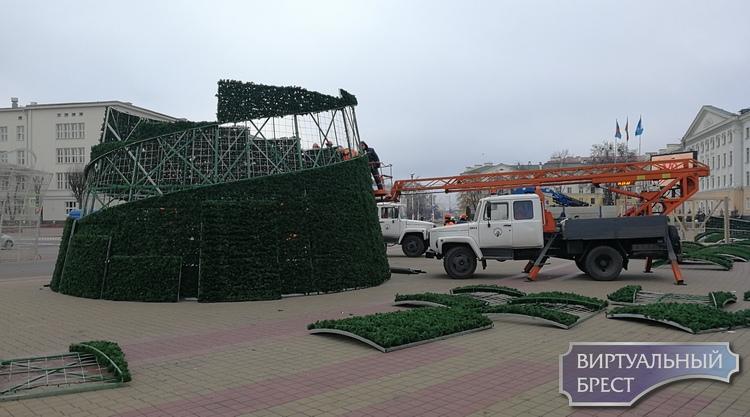 Показываем, как на пл. Ленина идёт процесс сборки новогодней ёлки