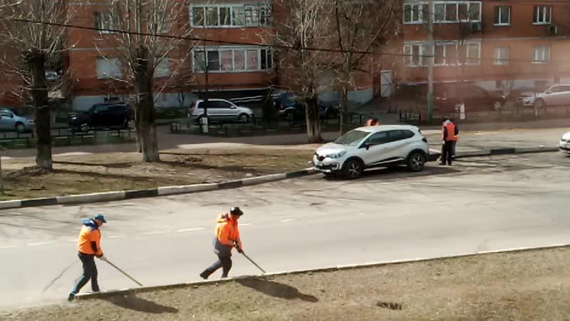 Интересный метод уборки улиц 10 04 2020 Балашиха мкр Железнодорожный Господа уборщики перекидывают грязь с дороги на газон
