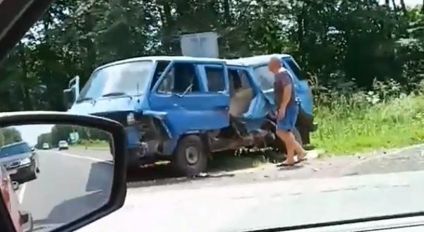 """В Малоритском районе у д. Гусак молоковоз, похоже, протаранил микроавтобус. И """"сложился"""""""