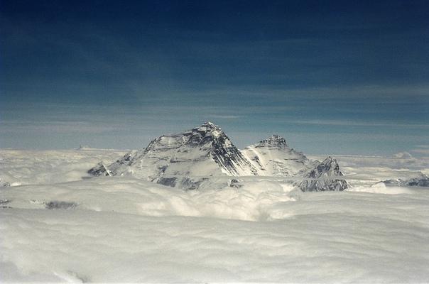 Этот год стал самым немногочисленным за всю историю покорения Эвереста! Непал и Китай весной закрыли горы для иностранных экспедиций и восхождения совершили только три Китайские команды (28 человек).
