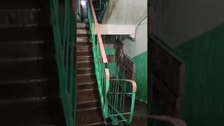 Дождь в подъезде саратовской многоэтажки