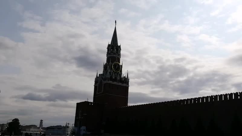 Бьют часы на Спасской башне провожая день вчерашний