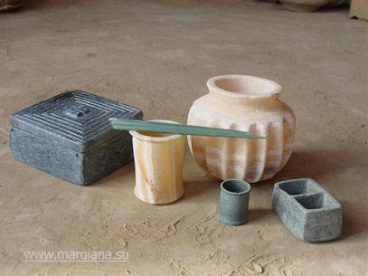 Каменные изделия из погребения в камере 3245, царский некрополь, Северный Гонур (http://margiana.su/index.php/artifacts.html)