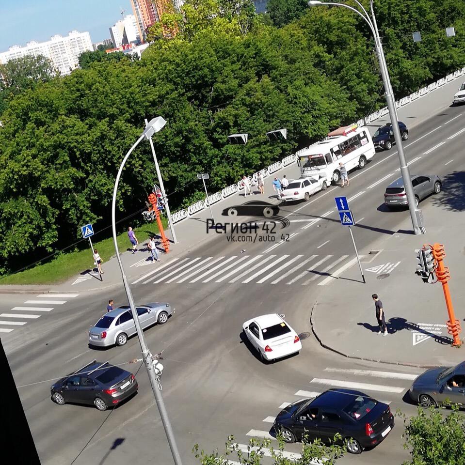 В центре Кемерова на Университетском мосту столкнулись иномарка и маршрутка