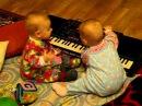 Позитив! Уникальные двойняшки играют на синтезаторе