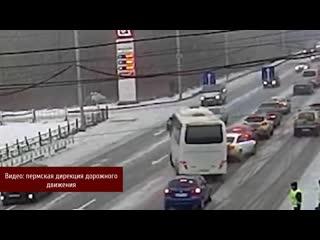 Появилось видео массовой аварии с автобусом возле Коммунального моста