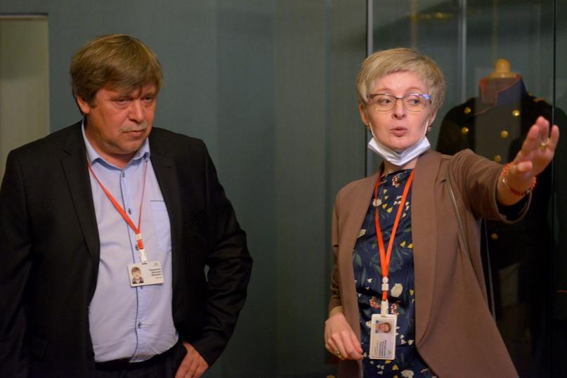 Директор ГМЗ «Гатчина» В.Ю.Панкратов и старший научный сотрудник, куратор выставки А.Н.Фарафонова