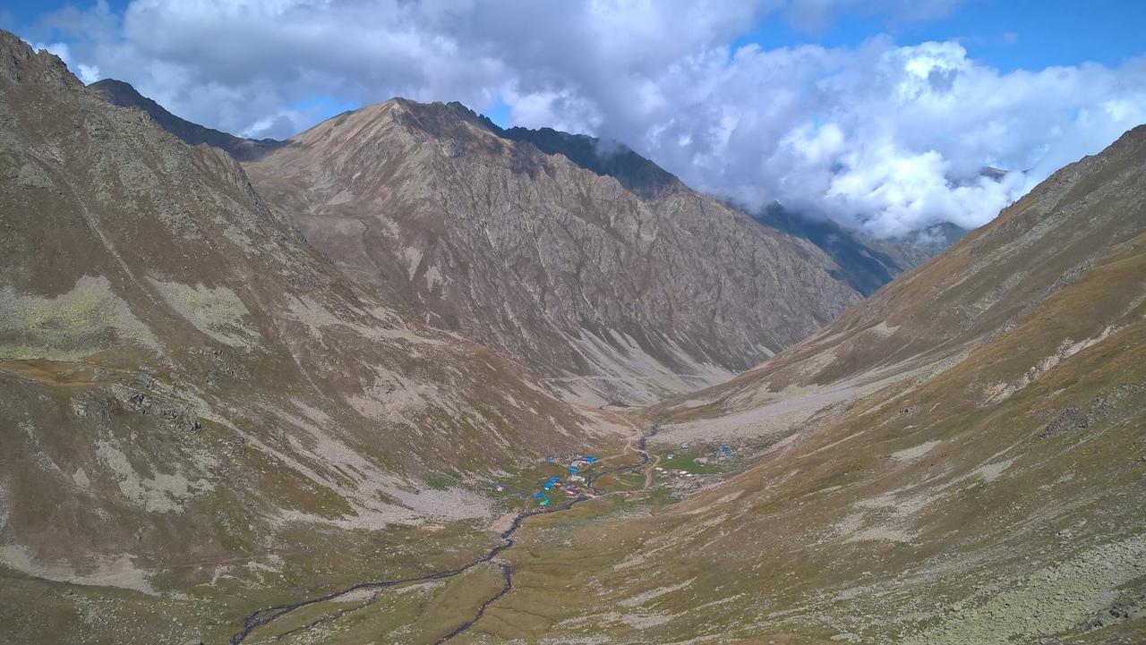 На дне долины - пастушеское селение