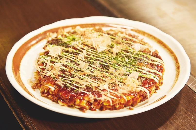 По сути, окономияки – это японская пицца. Название можно перевести как «жареная лепёшка из всего, что вы любите»