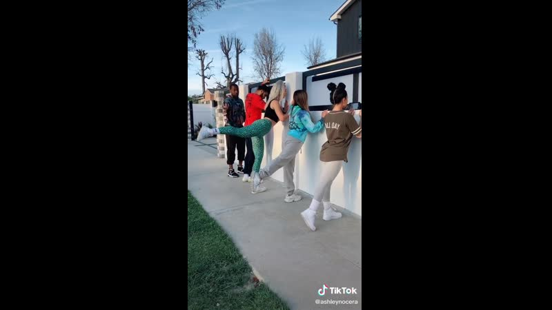 Танцы из TikTok