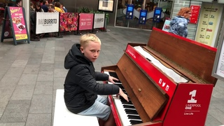 How to attract a crowd in 4 minutes - Piano Dance mix. (Watch till the end!)