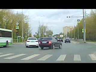 Видео ДТП на перекрестке Щербакова-Газовиков в Заречных.