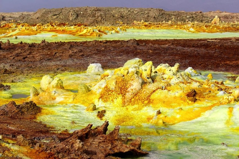 Если вы хотите увидеть что‑то действительно неземное и весьма экстремальное — поезжайте в окрестность вулкана Даллол во впадине Данакиль. Вот лишь несколько фактов: это самое жаркое место на планете; здесь находится самый низкий вулкан (ниже уровня моря на 70 метров); именно здесь археологи обнаружили останки австралопитека по имени Люси; поверхность вулкана очень похожа на пейзажи планеты Ио — спутника Юпитера. Ничего удивительного нет в том, что, несмотря на неблагоприятные условия и дикую жару, впадина Данакиль является одним из самых желанных туробъектов в Африке. Странные каменные наросты, ярко‑красные и кислотно‑желтые поля, бурлящие озера — все это не оставит равнодушным даже заядлого путешественника, которого, казалось бы, уже нечем удивить. Лучшее время для посещения — с июля по сентябрь, ранним утром. Тур лучше бронировать у местных гидов в Эфиопии.