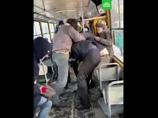Пассажиры передрались из-за мужчины без маски