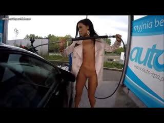 NiP-CMNF-видео – голая девушка помогает на заправке
