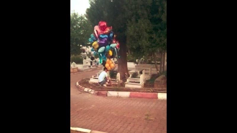 Antalya'da arefe günü çocuk mezarlarını balonla süsleyen baloncu Sait Kocakaya