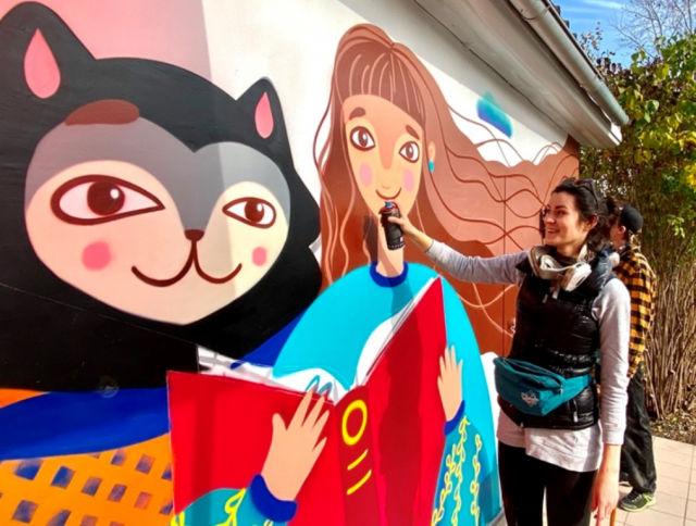 На фасаде библиотеки в Самарской области неожиданно появилась милая кошечка