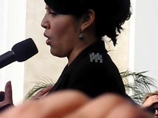 "Звезда т/с ""Анатомия страсти"" Сара Рамирез поет песню Brandi Carlile - The story"