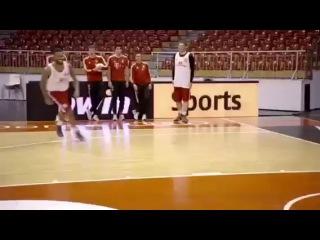 Игроки Баварии демонстрируют свои навыки в баскетболе