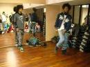 Двое парней круто танцуют под Dub Step