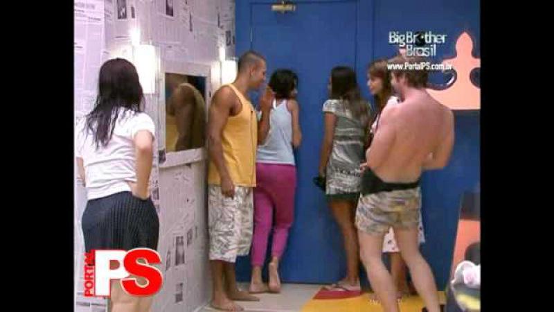 BBB10 - Maroca faz strip tease para Kadu no quarto do lider