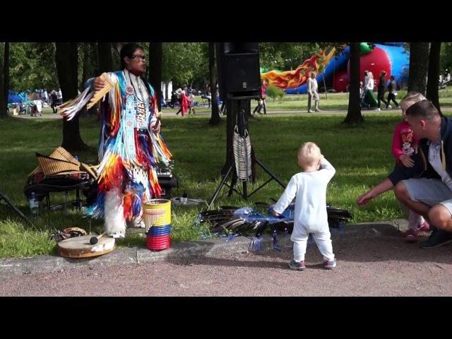 Младенец зажег с индейцем из Эквадора Танец ребенка