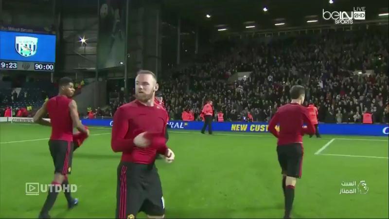 Игроки Манчестер Юнайтед дарят болельщикам футболки