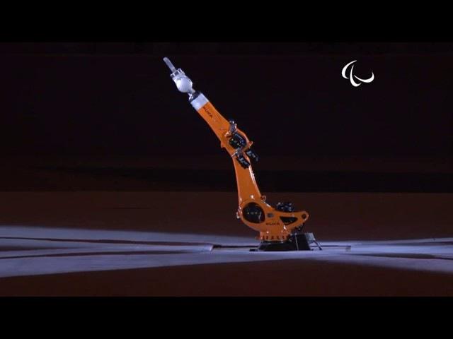 Паралимпийская спортсменка Эми Пэрди танцует с роботом Kuka в 3D-печатном платье от Данит Пелег