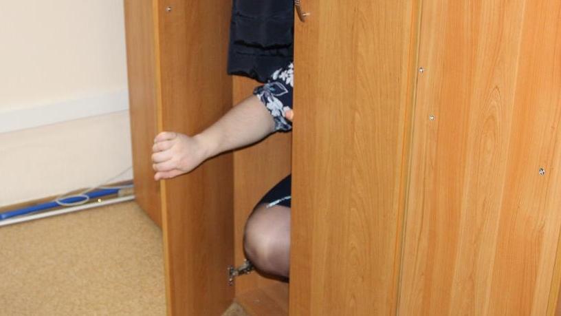 Томичка пряталась от приставов в шкафу, охраняемом сторожевыми псами