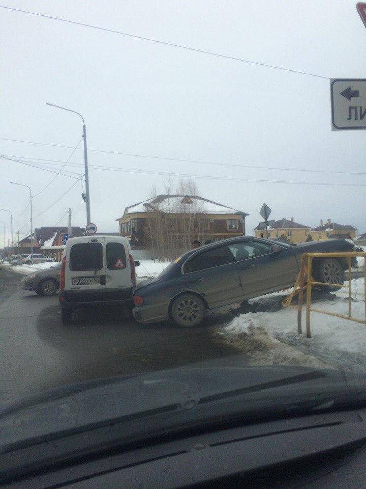 ДТП с участием двух автомобилей произошло на перекрестке Янтарная - Линейная в Тюмени 2