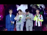 180802 Korea Mucic Festival SHINee reading a letter from a Shawol and finding her in the crowd as directed by other Shawols.