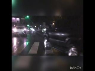 знайте быдло на дорогах поехал на красный создал аварийную ситуацию так он ещё и жопу начал подстовлять