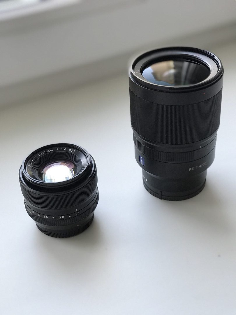 Слева Fujifilm 35mm f/1.4 для маленьких матриц, справа Sony 35mm f/1.4 для больших матриц. Sony правда всепогодный, а Fujifilm нет, но смысл понятен!