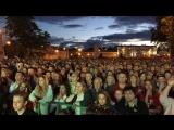 Сотни вологжан смотрят матч Россия-Хорватия в фан-зоне на площади Революции. Окончание матча