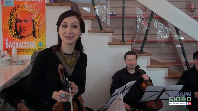Пили каву та спектакль дивилися: музиканти ХНАТОБ влаштували шоу в кав'ярні