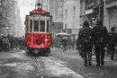 Метель на улице Истикляль в Стамбуле.