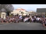Студенты исполняют мощный танец Хаки как дань уважения на похоронах любимого учителя
