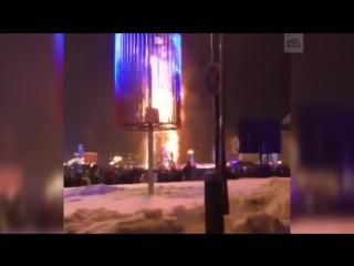 25-метровая искусственная ель сгорела в Южно-Сахалинске