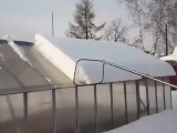 Как правильно чистить снег с крыш...
