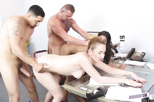 Аппетитные секретарши задобрили начальников публичным групповым сексом в офисе