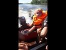 Сынишка учится управлять лодкой))