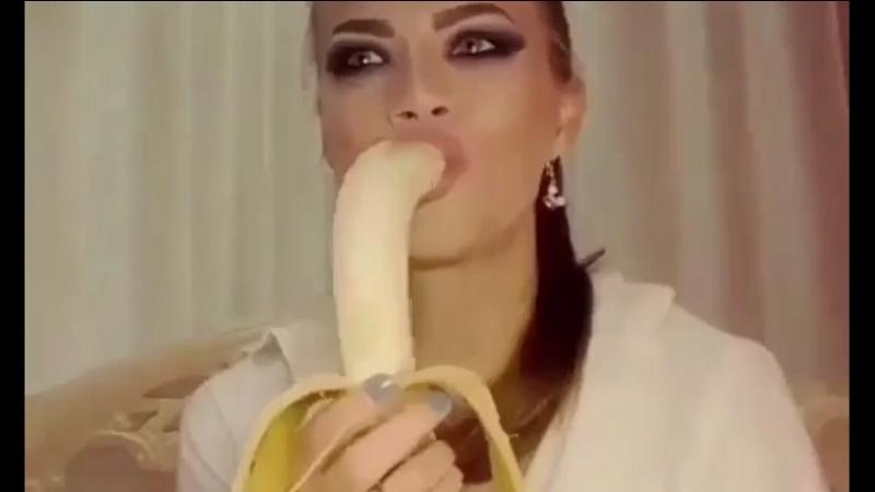 затыкать девушкам горло членом видео