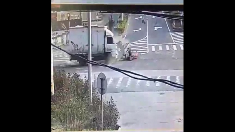 Dopravni nehoda haló, policie? Hlásím nehodu motocyklu... Policie: Jsou nějací zranění? Ano prosím, nejmíň deset: M