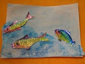 Аппликация Рыбки из фольги Необходимо:- Фольга- Цветные фломастеры- Лист бумаги и акварель (или цветная бумага)Сюжет этой аппликации вполне обычен - рыбки в воде, а вот исполнение - очень