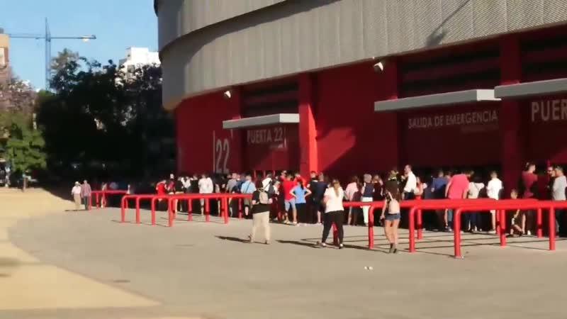 Son miles. La cola para acceder a la capilla ardiente rodea el Sánchez-Pizjuán y aledaños del estadio