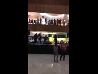 Музыканты сыграли песню из Титаника в затопленном торговом центре