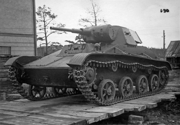 Т-45. ДИТЯ КОМПРОМИССА История Т-45 началась весной 1942 года, когда советский Наркомат танковой промышленности приказал заводу 37 в городе Горьком прекратить выпуск лёгких танков Т-60. Их место