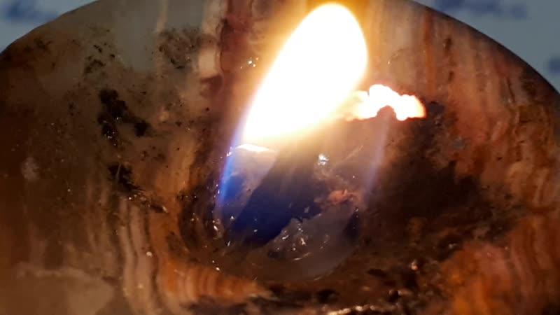 Догорание мелкого фитилька свечи макро 20181123_230458